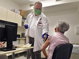 Koronavírus: már nem kell végzett orvos az oltáshoz