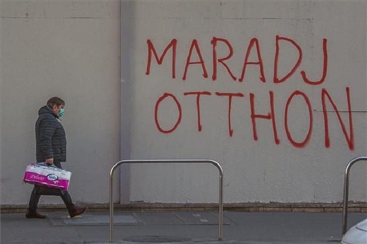 Az legfőbb jelmondat: maradj otthon! (Fotó: MTI)