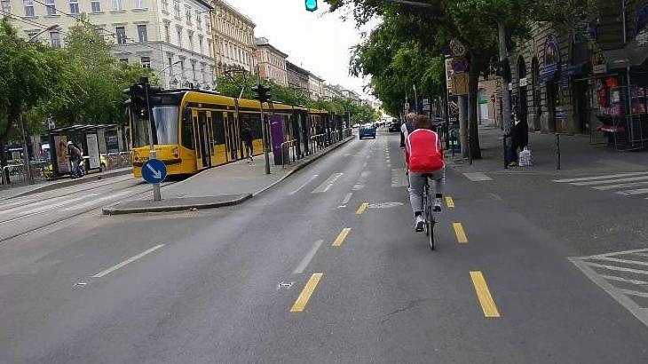 Maradnak a kerékpársávok. Fotó: youtube