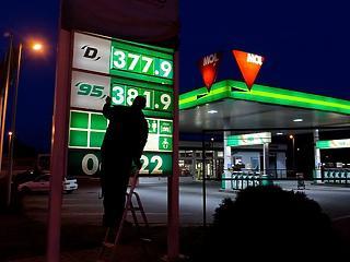 Tovább esik az üzemanyagok ára pénteken