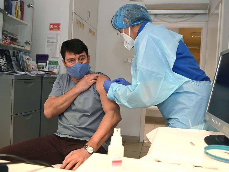 Áder János bal vállába szúrtak (fotó: MTI)