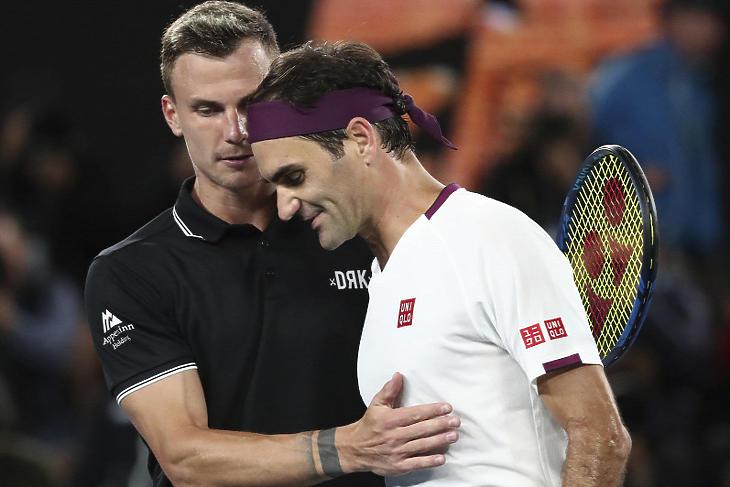 Fucsovics Márton gratulál Roger Federernek az Australian Openen. Fotó: MTI/AP/DITA ALANGKARA