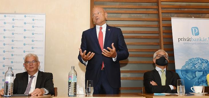 Balról jobbra: Balogh László, a PM helyettes államtitkára, Patai Mihály, az MNB alelnöke és Jelasity Radován, az Erste Bank elnök-vezérigazgatója. Fotó: Bánkuti András