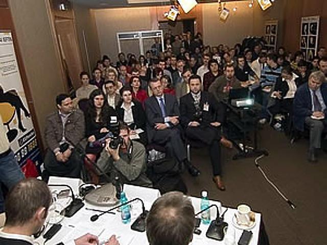 80 újságíró