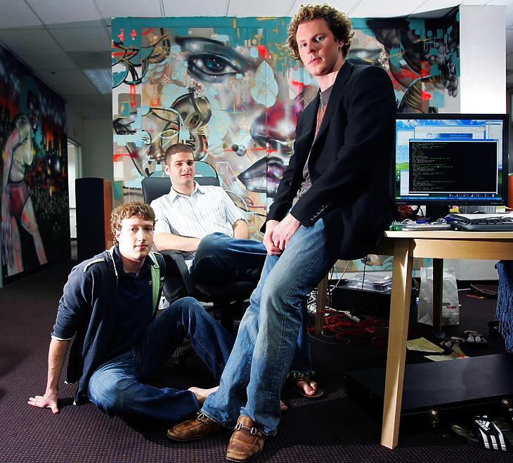 Zuckerberg, Dustin Moskovitz és Sean Parker (b-j) a Facebook Palo Alto-i irodájában, 2005 májusában. (Fotó: Jim Wilson/New York Times)