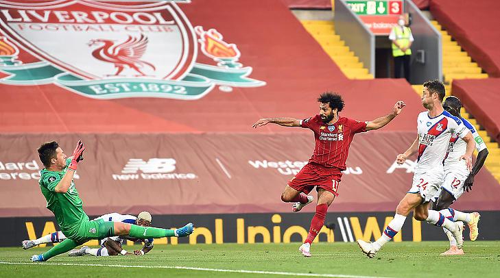 Mohamed Salah gólt szerez a zárt kapus Liverpool - Crystal Palace meccsen, 2020. június 24-én. (Fotó: VCG)
