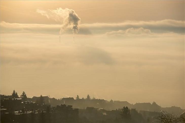 Szmog és köd Pécsett. (MTI Fotó: Sóki Tamás)