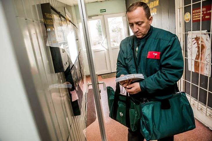 A Magyar Posta Zrt. munkatársa (Kép forrása: MTI Fotó, Balogh Zoltán)