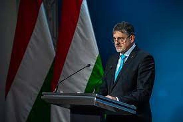 György István államtitkár az oltások idővonalát ismertette. Fotó: koronavirus.gov.hu