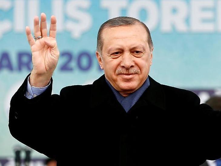 Erdogan török elnök Budapestre érkezik