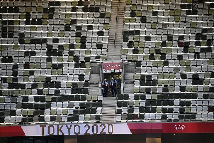 Rendőrök a nézők nélküli Olimpiai Stadionban a koronavírus-járvány miatt 2021-re halasztott 2020-as tokiói nyári olimpia megnyitóünnepsége előtt, 2021. július 23-án. Fotó: MTI/Czeglédi Zsolt