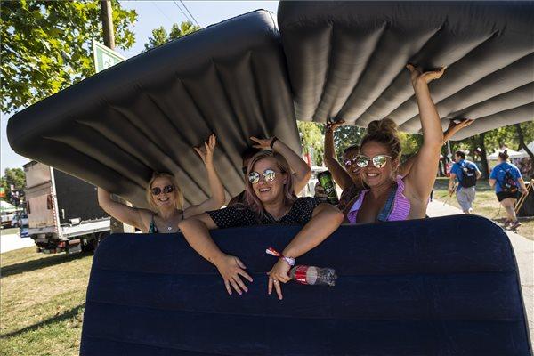 Fiatalok érkeznek az idei Sziget Fesztiválra (MTI fotó - Mónus Márton)