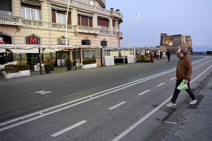 Zárva tartó éttermek előtt megy egy védőmaszkos férfi Nápolyban 2020. március 10-én. MTI/EPA/ANSA/Ciro Fusco