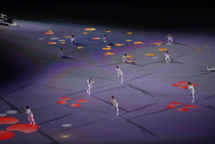 A XXXII. nyári olimpiai játékok nyitóünnepsége a tokiói Olimpiai Stadionban 2021. július 23-án. Még itt is kerülték a tömegjeleneteket és ügyeltek a távolságtartásra. Fotó: MTI/Czeglédi Zsolt