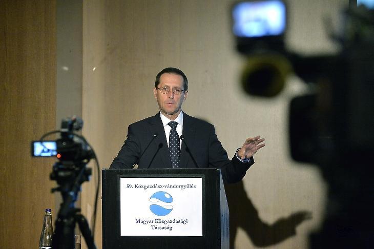 Varga Mihály pénzügyminiszter beszédet mond az 59. Közgazdász-vándorgyűlésen (Fotó: MTI/Soós Lajos)