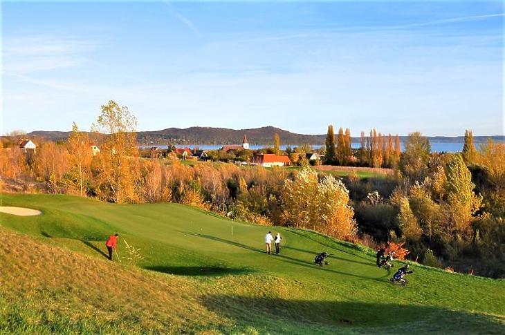 Tiborcz Istvánékat sejti a sajtó a Balatonudvari golfpálya mögött (Forrás: balatongolf.hu)