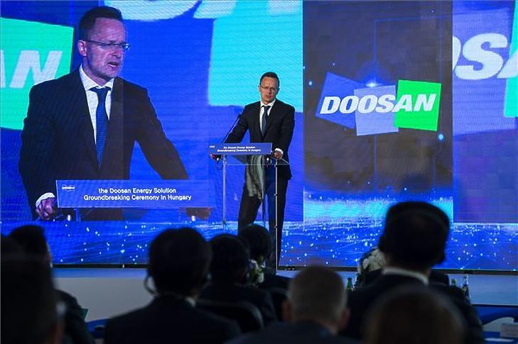 Szijjártó Péter beszédet mond a Doosan rézfóliagyártó-üzemének alapkőletételén 2019. július 23-án. (Fotó: MTI/Bodnár Boglárka)