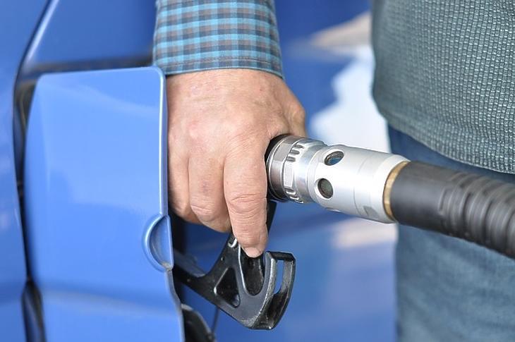 Megint mélyebben kell a zsebükbe nyúlniuk a tankolóknak. Fotó: MTI