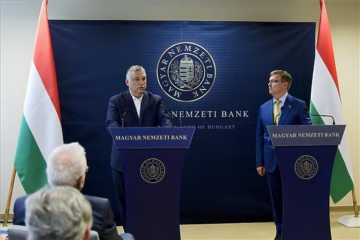 Orbán Viktor sajtótájékoztatót tart Matolcsy Györggyel, miután a jegybankelnök társaságában megtekintette az MNB által őrzött aranytartalékot Budapesten, az MNB logisztika központjában 2021. július 6-án. (Fotó: MTI/Koszticsák Szilárd)