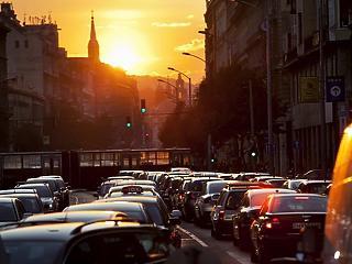 Budapesten tizenháromszor annyi benzint falnak fel az autók, mint Nógrádban