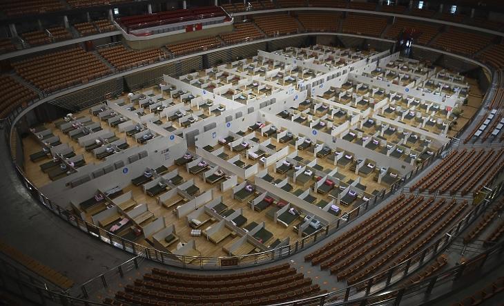 A Vuhani Sportközpontban berendezett, 1100 ágyas ideiglenes kórház 2020. február 12-én. MTI/AP/Hszinhua/Cseng Min