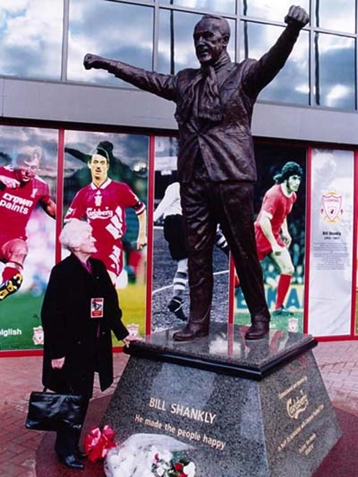 Nessie Shankly férje szobra előtt az Anfielden (Shankly.com)