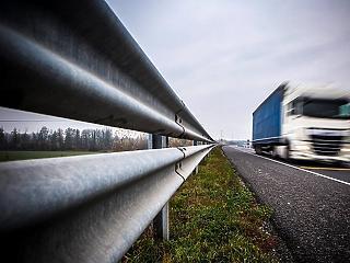 Ezért száguldoznak őrült módjára a kamionosok