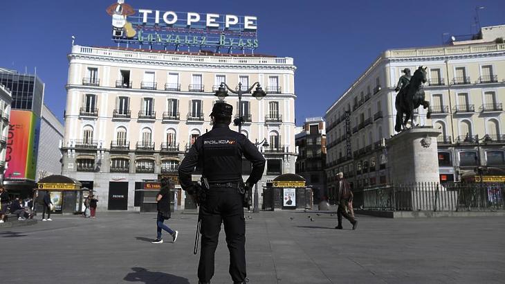 Alig néhány ember a madridi Puerta del Sol téren 2020. március 14-én. / Fotó: MTI/AP