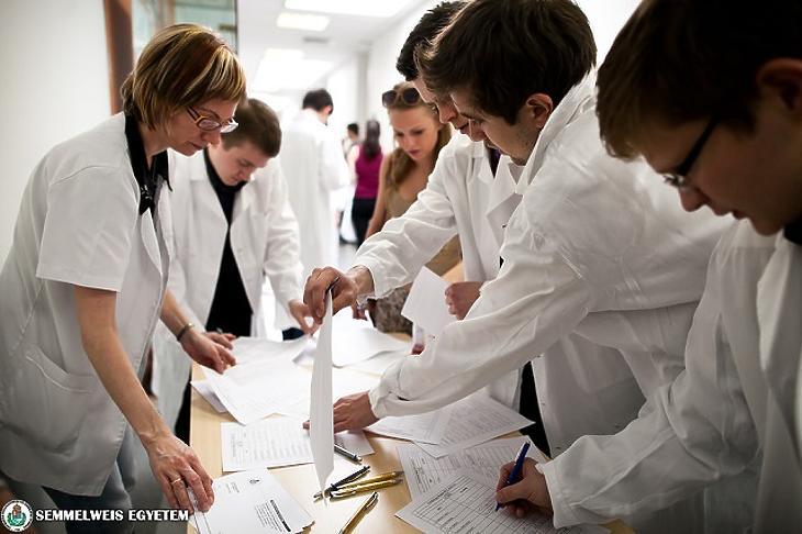 Államfői zöld jelzés az orvosi bérek rendezéséhez