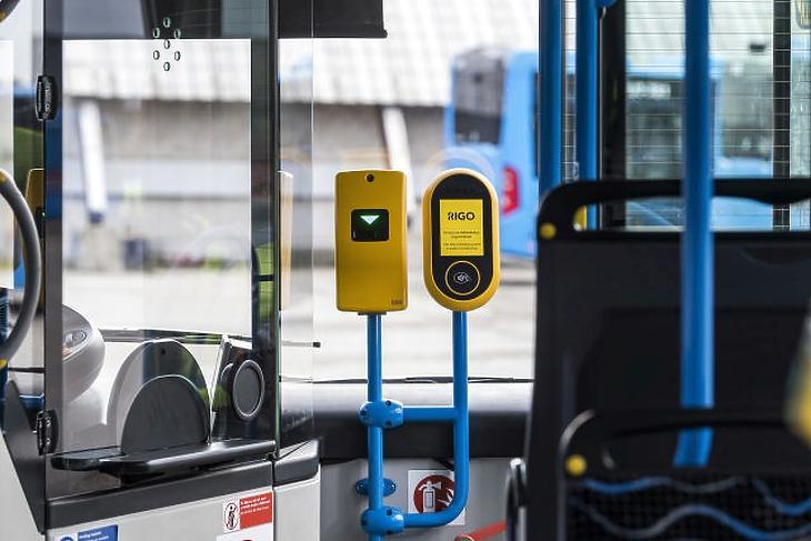 A Budapesti Közlekedési Központ elektronikus jegyrendszeréhez (RIGO) kapcsolódó érvényesítő készülékekkel felszerelt tesztautóbusz (Fotó forrása: MTI Fotó, Szigetváry Zsolt)