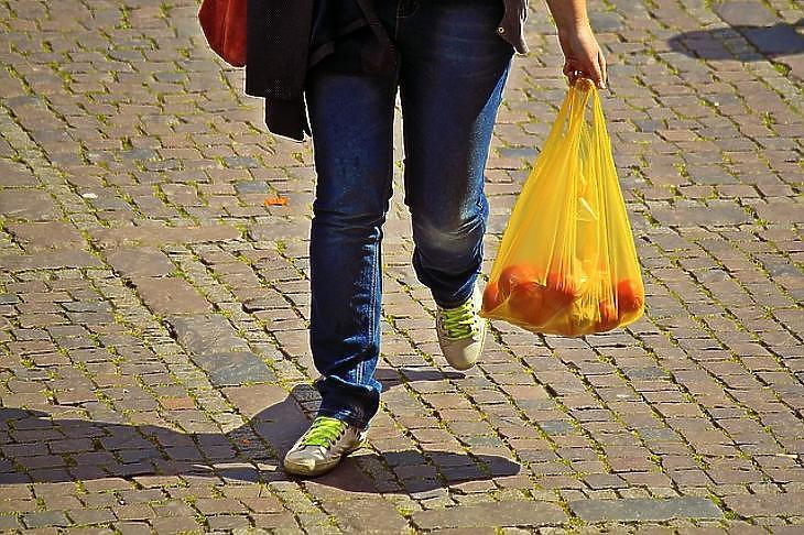 Velünk maradnak a műanyag zacskók