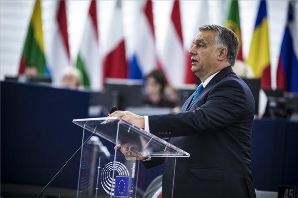 Orbán beszédet mond az Európai Parlamentben a Sargetini-jelentés vitáján (Fotó: MTI)