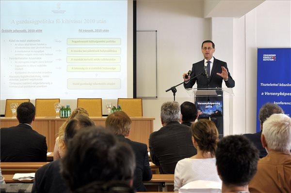 Varga Mihály a Zsigmond Király Egyetem Versenyképesség 2018 című konferenciáján 218. május 17-én. (MTI / Kovács Attila)
