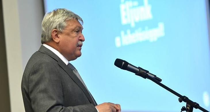 Az idén személyes hallgatóság nélkül értékelheti az OTP előző évét Csányi Sándor