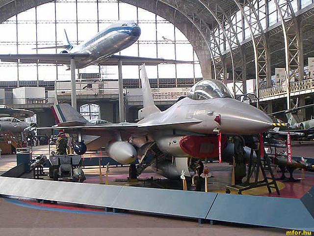 A kiállított gépek között található például a Hunter MK6, a Spitfire, a Tiger Moth és a legendás Dakota, emellett egy MIG-21-est és egy F-16-ost is megcsodálhatunk.