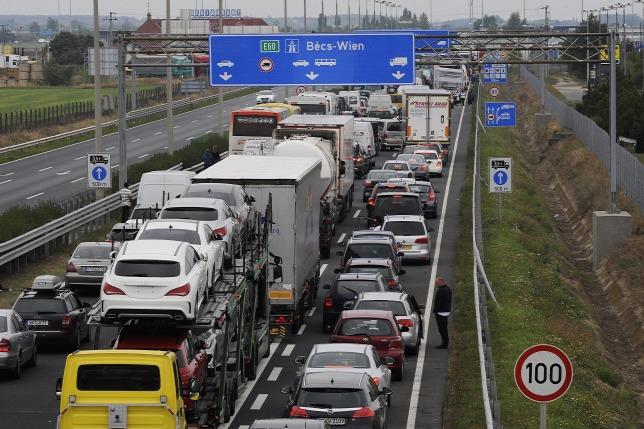 Araszoló forgalom az M1-es autópályán. (MTI/Filep István)