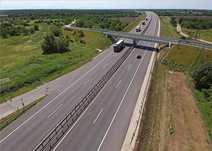 Autópálya lett az M15-ös (MTI fotó - Krizsán Csaba)