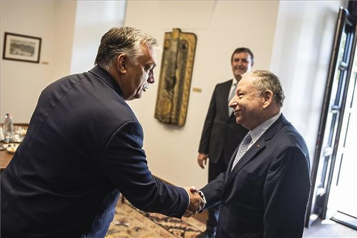 Orbán Viktor miniszterelnök kezet fog Jean Todttal, a Nemzetközi Automobil Szövetség (FIA) elnökével a Karmelita kolostorban 2021. július 30-án. Mellettük Palkovics László innovációs és technológiai miniszter. (Fotó: MTI/Miniszterelnöki Sajtóiroda/Fischer Zoltán)