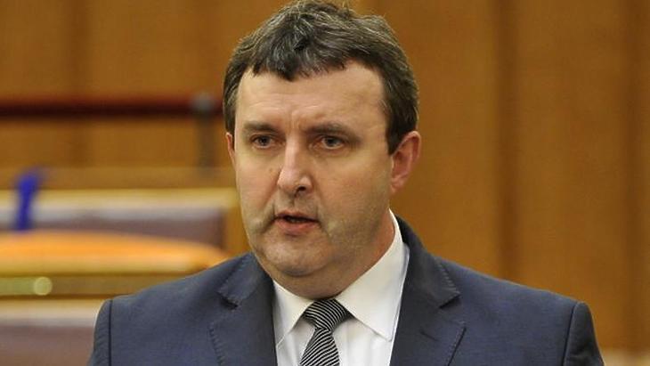 Palkovics elveti, hogy Brüsszelből diktáljanak