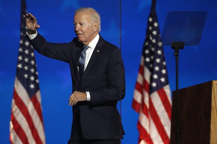 Joe Biden, a Demokrata Párt elnökjelöltje integet beszéde után a Delaware állambeli Wilmingtonban az amerikai elnök-, valamint képviselőházi és részleges szenátusi választások éjszakáján 2020. november 3-án. (Fotó: MTI/EPA/Jim Lo Scalzo)