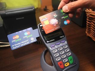 Csökkenti a bankközi díjakat a Visa és a Mastercard