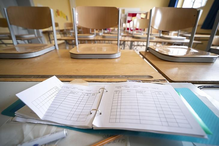 Az osztálytermekből a netre költöztek az órák (Fotó: MTI/EPA)
