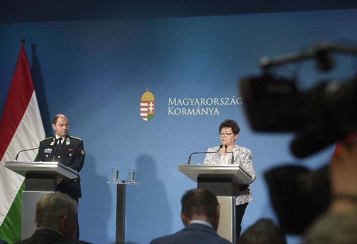 Müller Cecília (jobbról) az Operatív Törzs sajtótájékoztatóján. Fotó: MTI