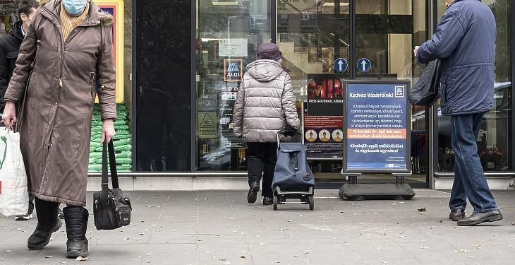 A bevásárlási idősáv nem korlátoz minket, a koronavírus és a pénztárcánk igen. Fotó: MTI/Szigetváry Zsolt