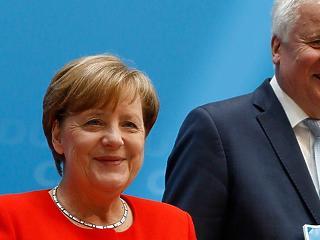 Megállapodott Merkel és Seehofer, a belügyminiszter marad