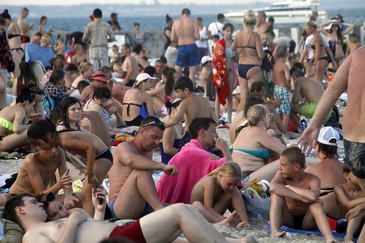 Zsúfolásig teli strandolókkal a Fekete-tenger partja Odesszában 2020. július 5-én.  MTI/AP/Szergej Poljakov
