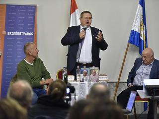 Alkotmányban tiltaná meg a hajléktalan életmódot a Fidesz