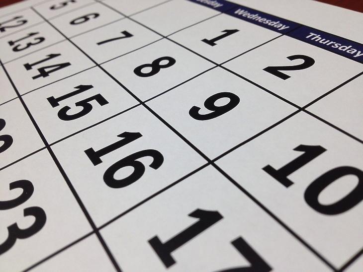 Elő a számológépet és a naptárat - számolgathatunk, megéri-e bent maradni. Illusztráció - forrás: Depositphotos