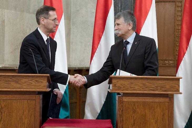 Varga Mihály és Kövér László a 2021. évi költségvetési törvényjavaslat átadásán. MTI/Koszticsák Szilárd