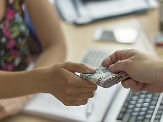 Még mindig 10 százalék fölött nő a magyarok bére a KSH szerint